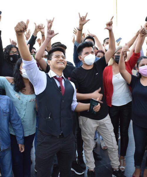 gente-evento-levantando-las-manos